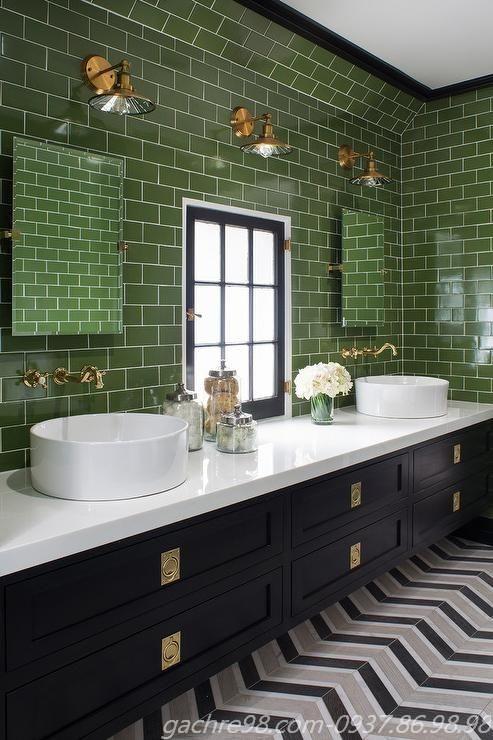Gạch thẻ màu xanh lá đậm ốp tường toilet
