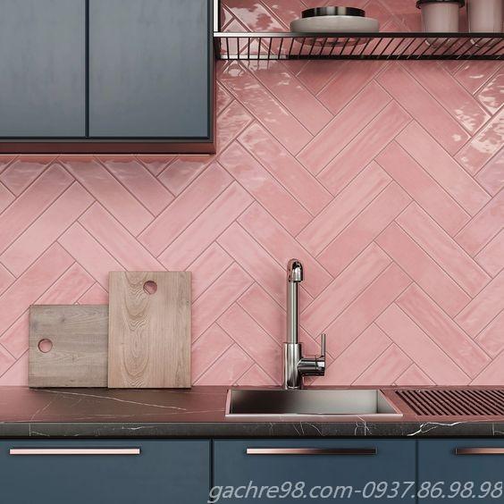 Gạch thẻ subway màu hồng trang trí ốp tường không gian bếp