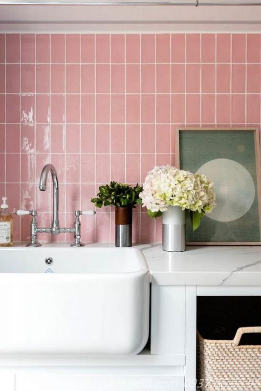 Gạch thẻ subway màu hồng trang trí ốp tường lavabo